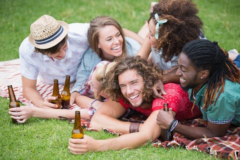 Hipstervänner som dricker öl och att skratta royaltyfria bilder