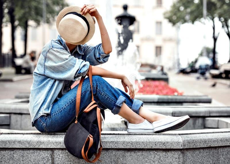 Hipstervrouw in de stadsstijl van de parkmanier royalty-vrije stock foto