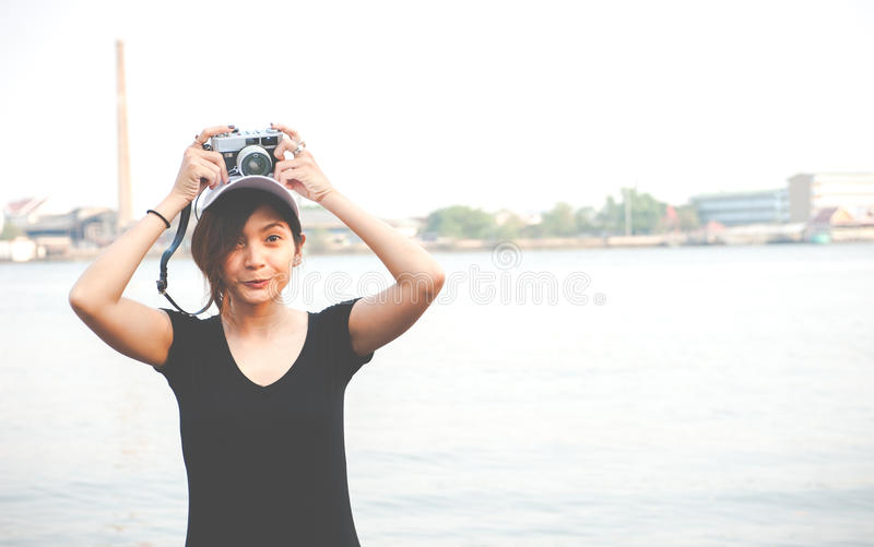 Hipstervrouw die foto's met retro filmcamera nemen, Meisje Adventu royalty-vrije stock foto's