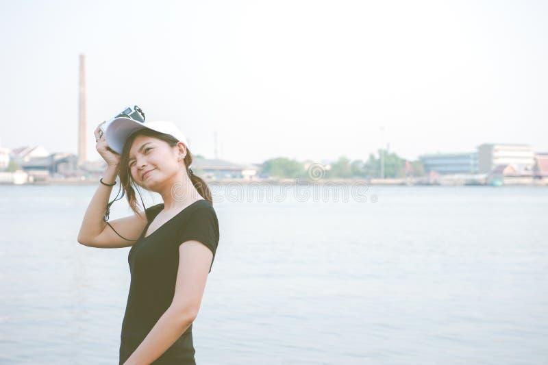 Hipstervrouw die foto's met retro filmcamera nemen, Meisje Adventu stock foto's
