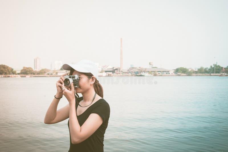Hipstervrouw die foto's met retro filmcamera nemen, Meisje Adventu stock afbeelding