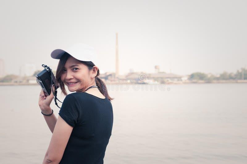 Hipstervrouw die foto's met retro filmcamera nemen, Meisje Adventu stock fotografie