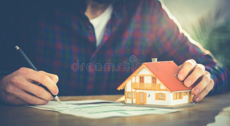 Hipsterzakenman die een hypotheek aanvragen royalty-vrije stock afbeelding