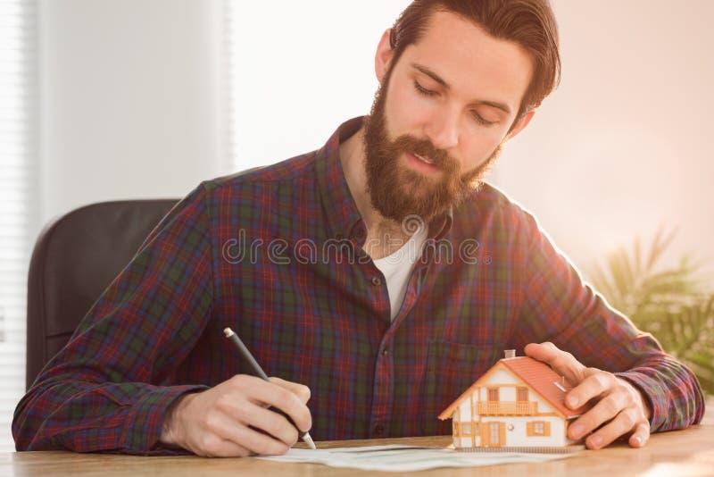 Hipsterzakenman die een hypotheek aanvragen stock foto
