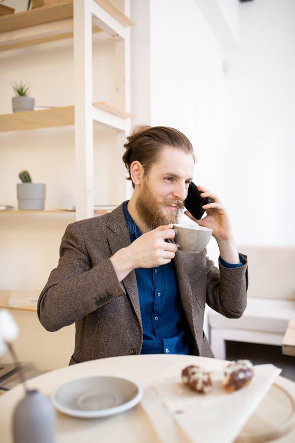 Hipsterzakenman het drinken koffie in koffie royalty-vrije stock foto