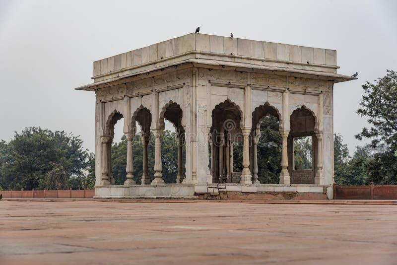 Hira玛哈尔是一个亭子在德里红堡在德里 它是白色大理石一个四方的亭子  免版税库存图片