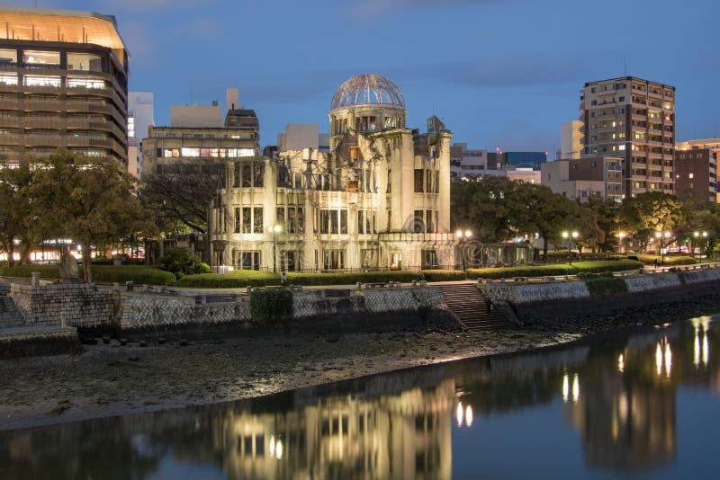 Hiroshima Genbaku kupol, nattflodlågvatten royaltyfria bilder