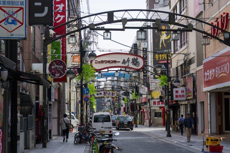 Hiroshima, Japão - 23 de maio de 2017: Rua da compra com restauran foto de stock