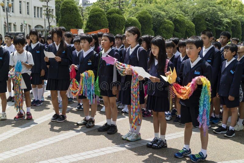 Hiroshima, Japón - 25 de mayo de 2017: Estudiantes que recolectan en el niño foto de archivo