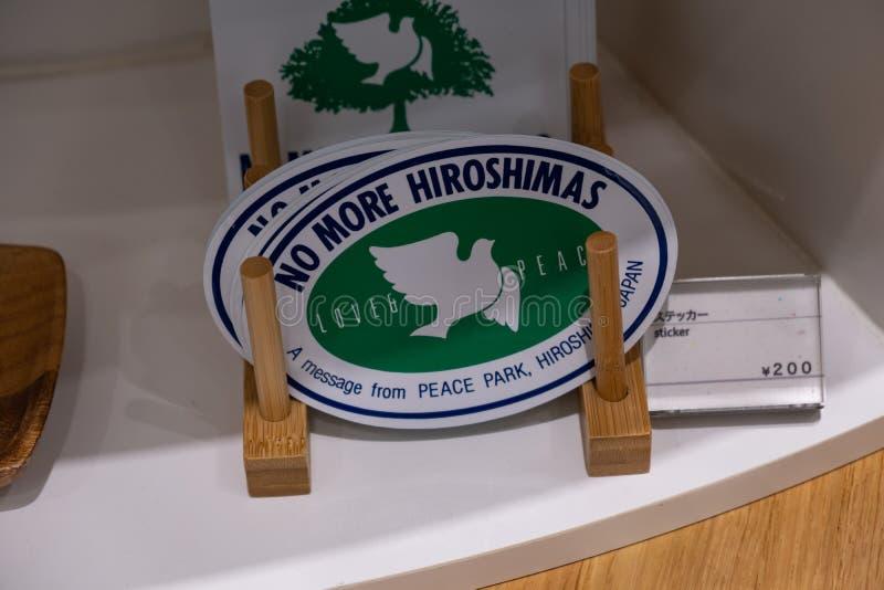 HIROSHIMA, JAPAN - 5. FEBRUAR 2018: Aufkleber ohne mehr Hiroshimas mit Frieden tauchten für Verkauf im Erinnerungsmuseum stockfotografie