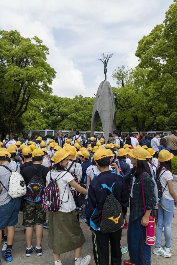 Hiroshima, Japon - 25 mai 2017 : Étudiants se réunissant à l'enfant image stock