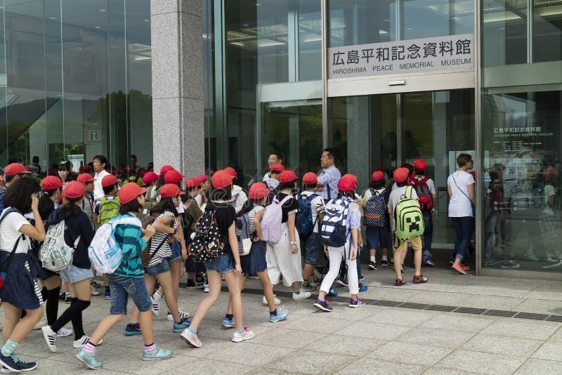 Hiroshima, Japon - 25 mai 2017 : Groupe d'étudiants entrant dans t photographie stock