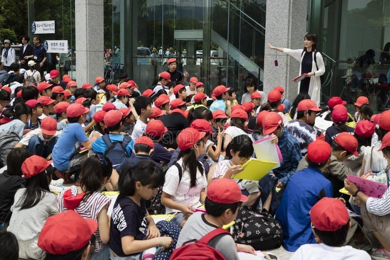 Hiroshima, Japon - 25 mai 2017 : Groupe d'étudiants s'asseyant en franc photo libre de droits