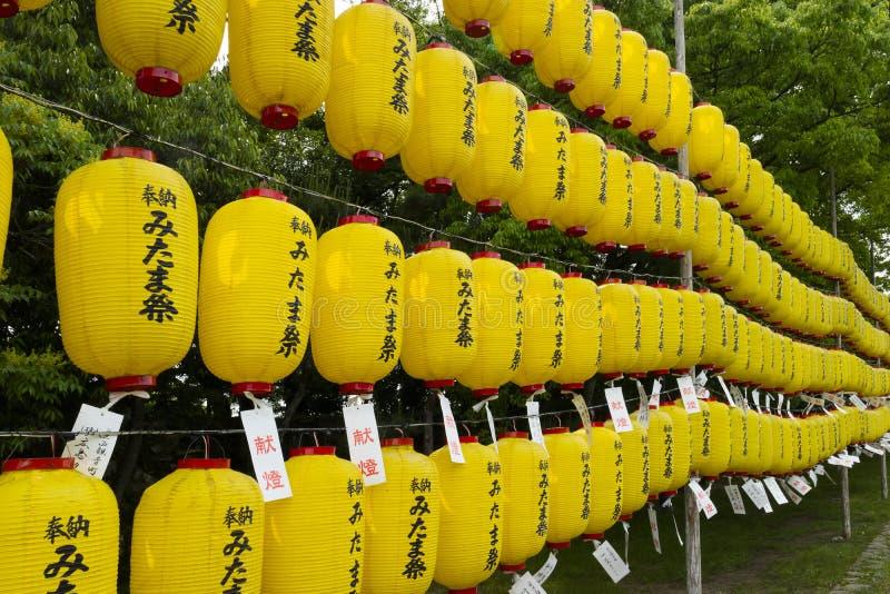 Hiroshima - le Japon, le 25 mai 2017 : Lanternes jaunes avec les noms photos stock