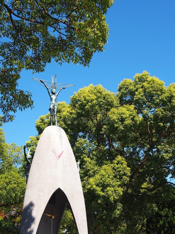 HIROSHIMA, le JAPON - novembre 4,2015 - monument de la paix des enfants, pour commémorer Sadako Sasaki et des victimes d'enfants  photos stock