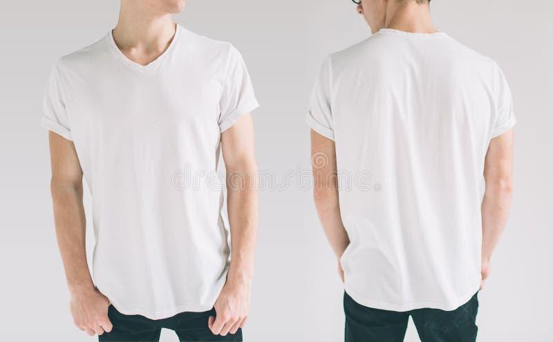 Hirt设计和人概念-接近在前后被隔绝的空白的白色T恤杉的年轻人 模板的嘲笑 免版税图库摄影