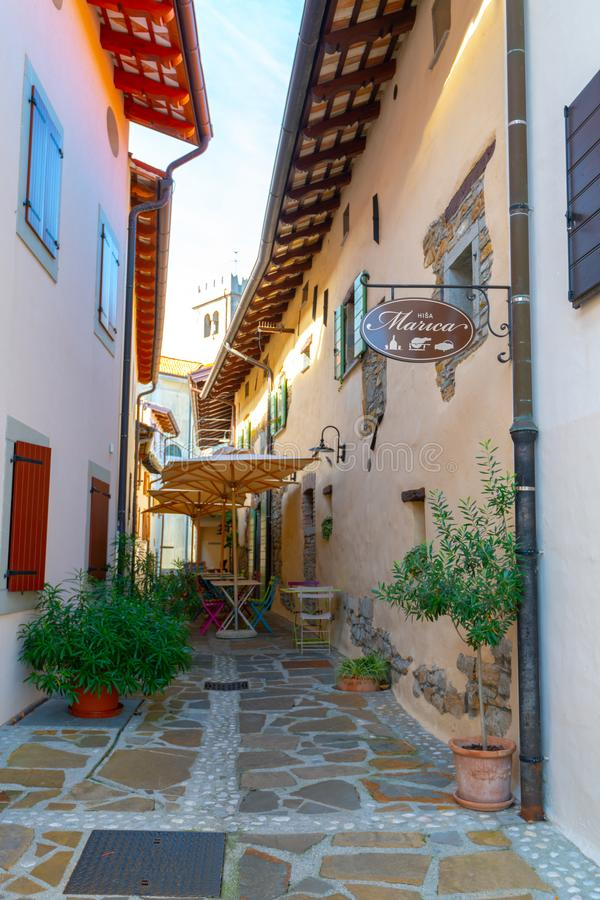 Hisa Marica在Smartno,斯洛文尼亚是一家餐馆和小店旅馆狭窄的街道的在中世纪镇有五颜六色的 图库摄影