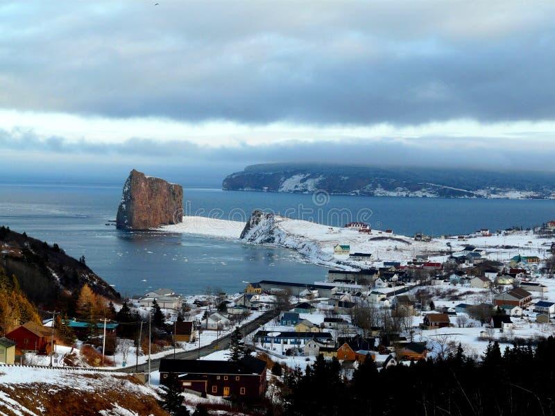 Hisnande landskap mellan havet och berg royaltyfri fotografi
