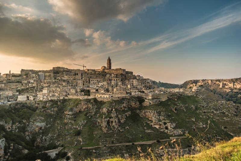 Hisnande Matera, Basillicata, Italien: landskap på gryning av de gamla stadsassidina Matera arkivfoto