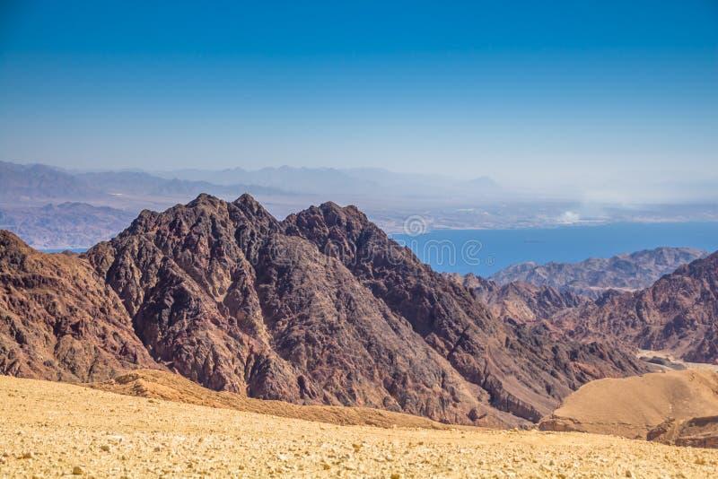 Hisnande panoramautsikt av monteringsSalomon 'Har Shelomo 'hebré i Eilat berg och golfen av Aqaba royaltyfri foto