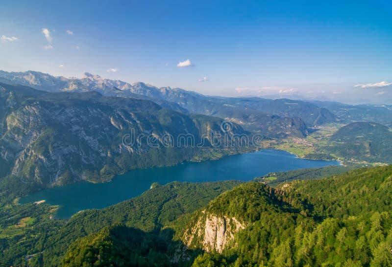 Hisnande sikt av den berömda Bohinj sjön från det Vogel berget Triglav nationalpark, Julian Alps, Slovenien royaltyfri bild