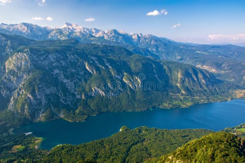 Hisnande sikt av den berömda Bohinj sjön från det Vogel berget Triglav nationalpark, Julian Alps, Slovenien arkivfoton