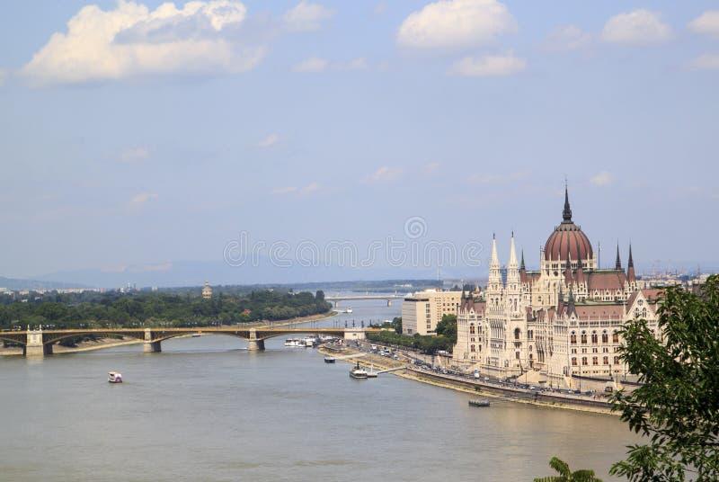 hisnande sikt av den ungerska parlamentbyggnaden fr?n fotografering för bildbyråer