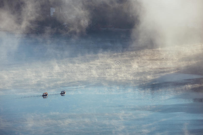 Hisnande sikt av traditionella träfartyg Pletna för tge på den blödde sjön royaltyfria foton