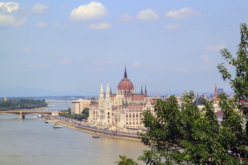 hisnande sikt av ungersk parlamentbyggnad från arkivbild