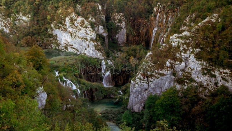 Hisnande sikt från ett berg över en del av den Plitvice nationalparken fotografering för bildbyråer
