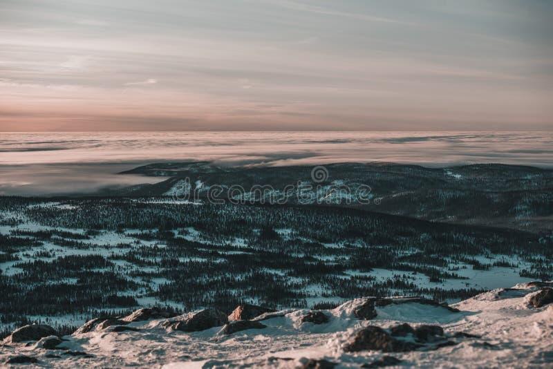 Hisnande solnedgång, fantastisk himmel, moln som drömmer och skidar och att koppla av överst av berget royaltyfria bilder