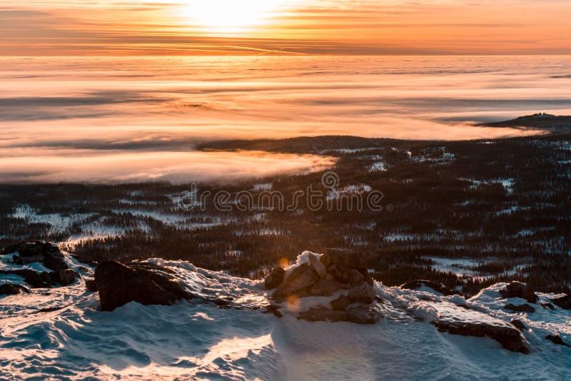 Hisnande solnedgång, fantastisk himmel, moln som drömmer och skidar och att koppla av överst av berget royaltyfri bild