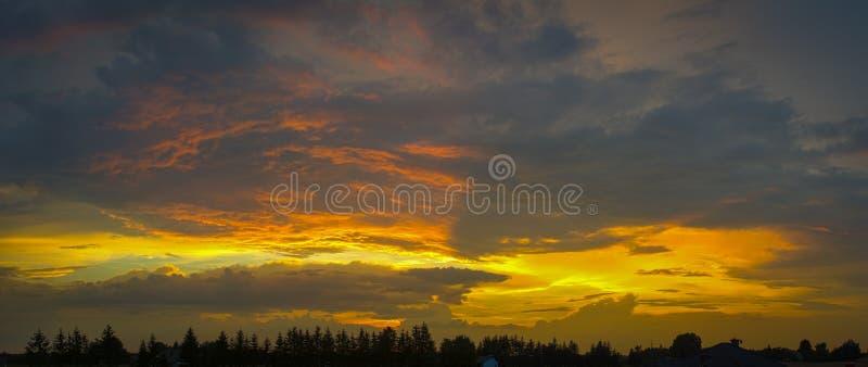 Hisnande solnedgång i HDR arkivfoton