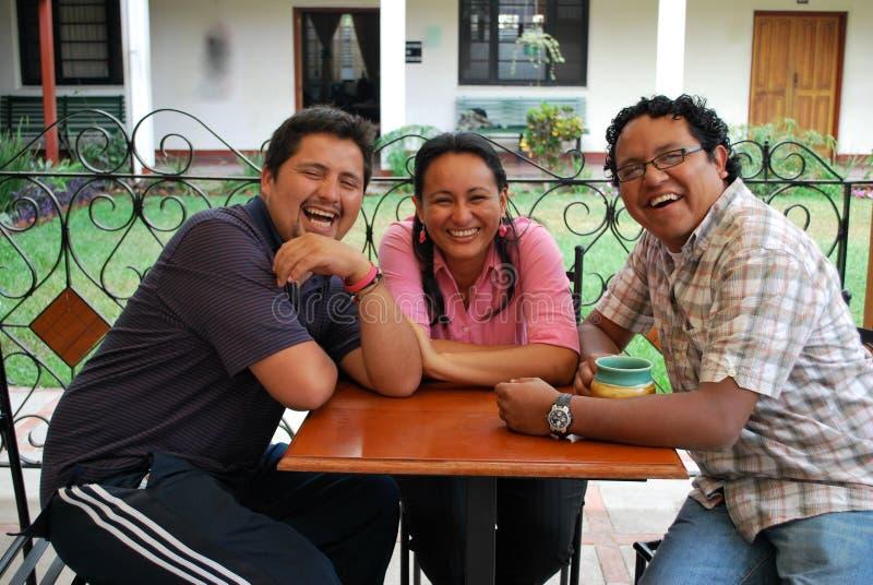 hispanique d'amis riant ensemble photos stock