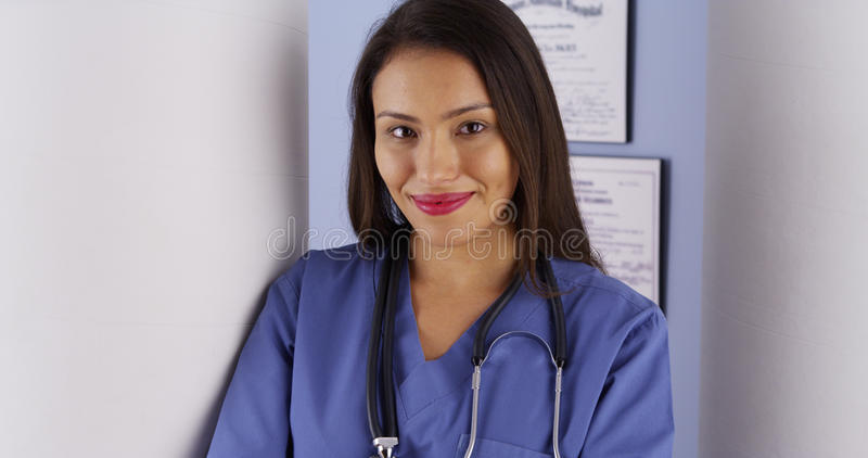 Hispanische Ärztin, die im Büro steht stockbilder