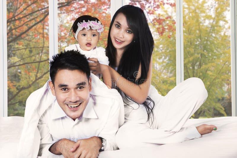Hispanische Familie auf Schlafzimmer im Herbst lizenzfreie stockfotografie