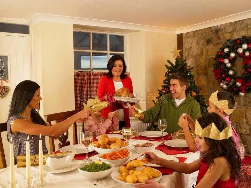 Hispanische Familie, die Weihnachtszu Abend isst stockfotos