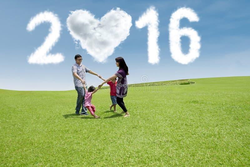 Hispanische Familie feiern neues Jahr am Feld stockbilder