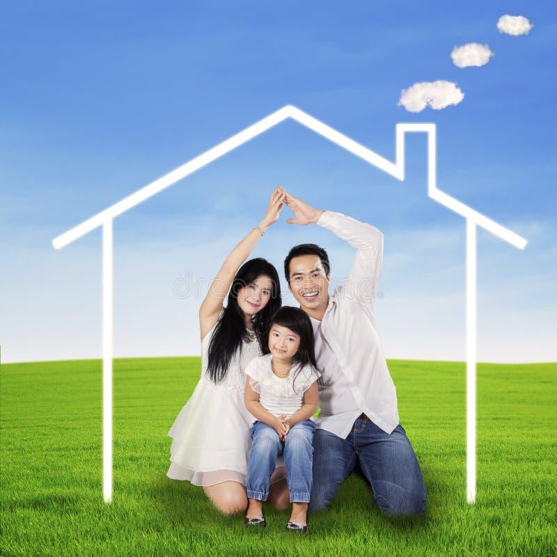 Hispanische Familie mit Traumhaus stockbilder