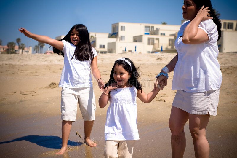 Hispanische Familie am Strand stockfotos
