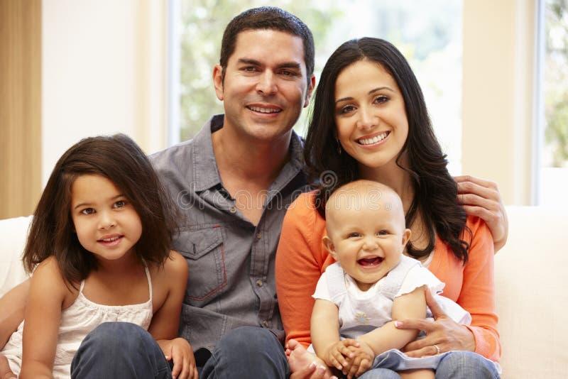 Hispanische Familie zu Hause lizenzfreie stockfotografie