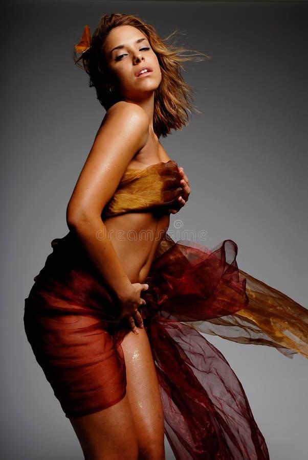 Hispanische Frau in der Seide lizenzfreie stockbilder