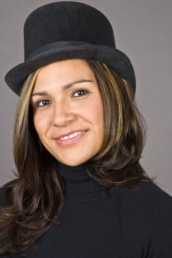 Hispanische Frau, die schwarzen Hut trägt stockfotos