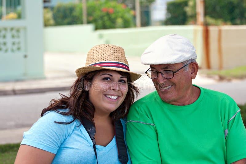 Hispanische Frau mit ihrem Großvater lizenzfreies stockbild