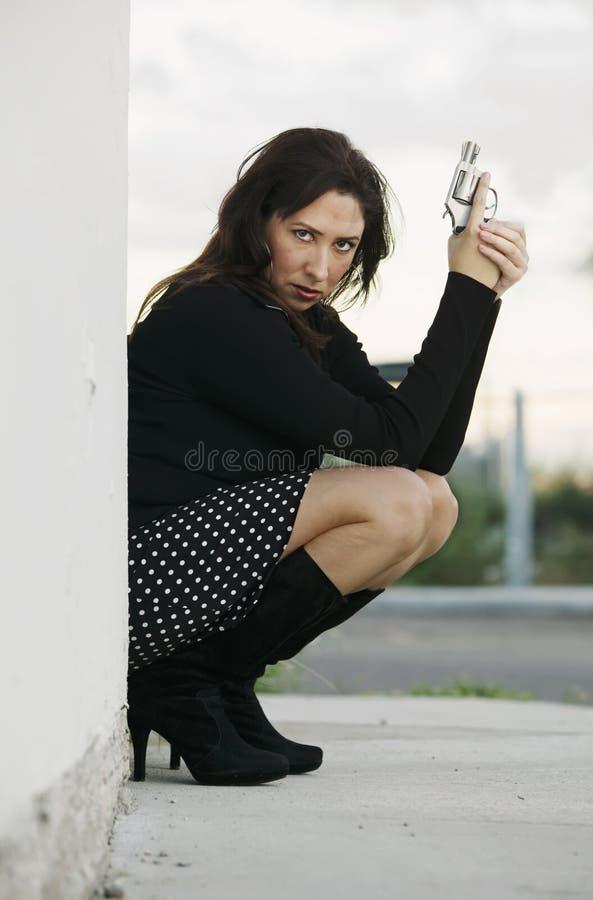 Hispanische Frau mit Pistole stockfoto