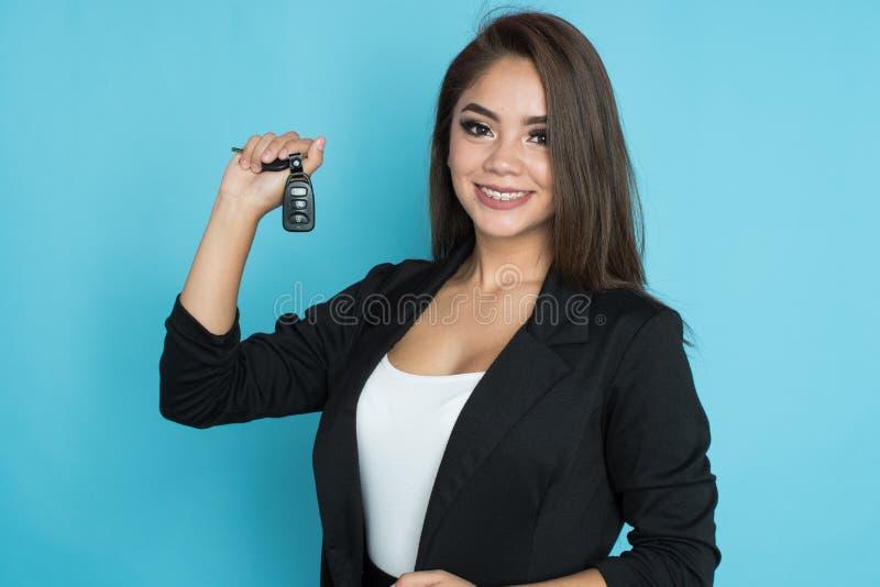 Hispanische Frau mit Schlüsseln stockfotografie