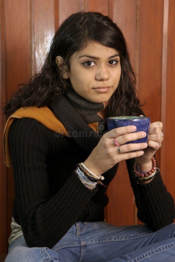 Hispanische Frau trinkt Kaffee lizenzfreies stockfoto
