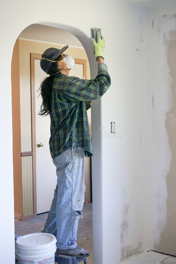 Hispanische Frauen-Haus-Wiederherstellung stockfoto