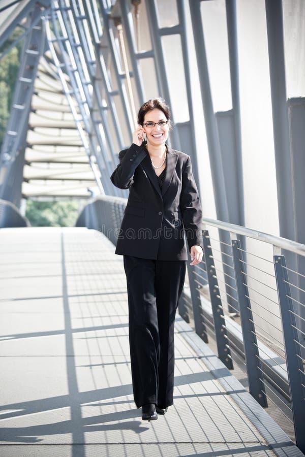Hispanische Geschäftsfrau am Telefon stockfotos