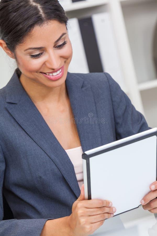 Hispanische Geschäftsfrau Using Tablet Computer in einem Büro stockfotos